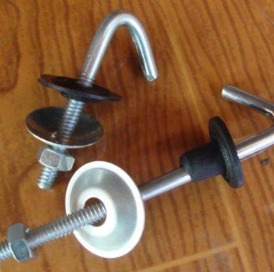 Móc khóa J với máy giặt và đai ốc và bộ cao su được lắp ráp